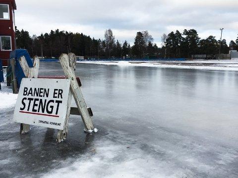 MEN SNART ER DEN ÅPEN: Isleggingen på Maier Arena i Tønsberg er godt i gang. Nå gjenstår bare merkingen av banene før skøytefolket kan slippe seg løs.