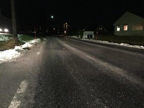 GLASERT: Dette bildet er tatt i Verningen. Flere steder i fylket er det rapportert om svært glatte veier, selv om det i lufta er varmegrader.