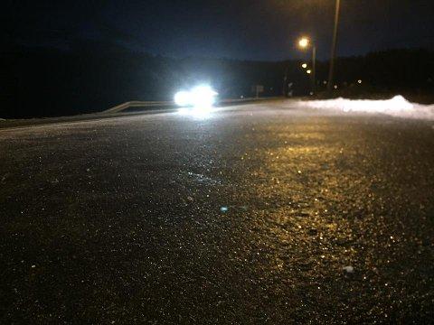GLATTE VEIER: I indre og nordlige deler av fylket var det til dels svært glatte veier torsdag morgen. Dette bildet er fra Holmestrand.