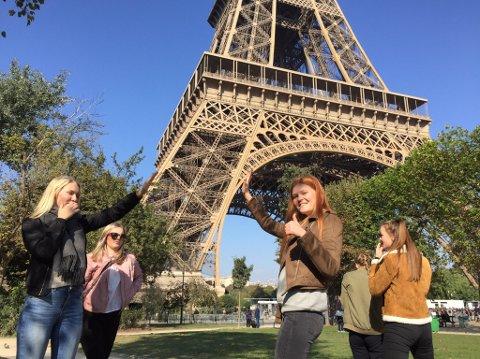 ET LØFT: Mathea Strømmen (fra venstre), Guro Strømnes Bjørkås, Hanna Myhre Walbækken, Mathea Gjermundsen Gjersøe (foran med ryggen til) og  Thea Schjøll Munck fikk oppleve både fransk språk og kultur på studietur til Frankrike. Her som klassiske turister i Paris.