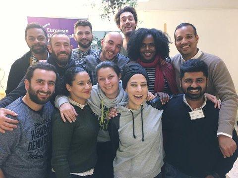 INTERNASJONAL: Dette bildet er tatt på et nettverksmøte i Amsterdam, for medlemmer i European Queer Muslims Network, bestående av aktører fra en rekke ulike europeeisk land. Nora Mehsen er nummer to fra høyre i første rekke.
