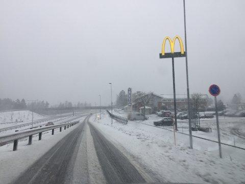 E18: Det har lagt seg mye snø på E18. VTS melder at det brøytes kontinuerlig. Dette bildet er tatt ved påkøring E18 ved 12.30-tiden. Foto: TB-tipser