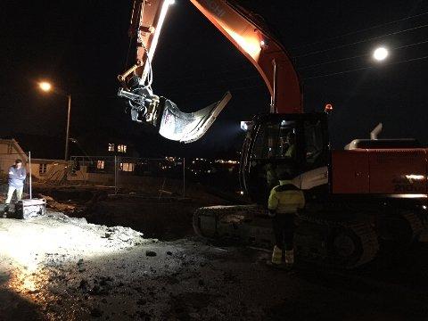 REV AV HOVEDVANNSLEDNINGEN: Det var i forbindelse med arbeider for å legge ny vannledning at gravemaskinen traff på den eksisterende.