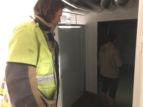 STORE VANNMENGDER: Kenneth Stensrud (t.v.) i brannvesenet og en rørlegger tilknyttet leilighetskomplekset var raskt på plass for å sjekke ut omfanget.