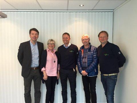 E 18 Holding og Kroken Gruppen kjøper opp Tele Bil & Caravan AS (TBC). Pål R. Amundsen, daglig leder i Kroken Gruppen AS (f.v.), Heidi Lindhjem i TBC, Thor Stavnar, påtroppende styreleder E 18 Holding AS, Harry Lindhjem, daglig leder i TBC og Lars Wivestad, daglig leder i Autosentrum Norge.