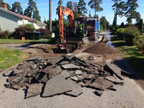MÅ REASFALTERE: Asfalten i Nedre Vargvei måtte graves opp. Også ved den andre lekkasjen i Husvikåsen måtte asfalten fjernes for å komme til, informerer Øyvind Myhre.