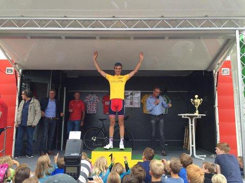 VINNEREN: Iver Johan Knotten på seierspallen etter den fjerde etappen som sammenlagtvinner. Foto: Privat