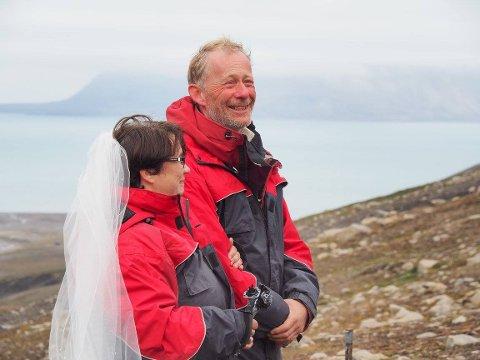 LYKKELIGE: Lillian og Stig giftet seg på Svalbard.