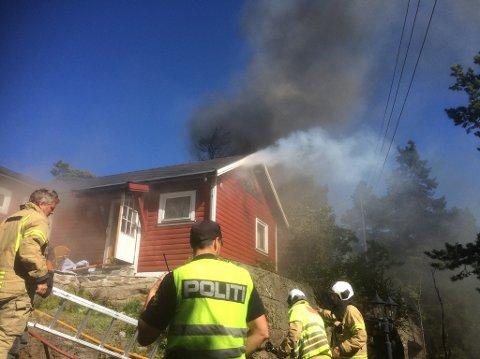 KRAFTIG RØYKUTVIKLING: Brannvesenet rykket ut med fullt mannskap til brannen på Tjøme.