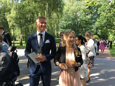 OPPLEVELSE: Magnus Pedersen og Ylva Storhaug-Paalgard fra Horten strålte sammen med alle de andre som var invitert til kongeparets hagefest i Oslo torsdag.