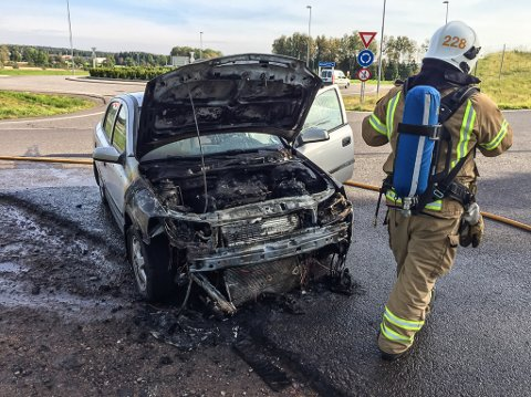 HOPPET UT: Jannike Skagen svingte raskt av E18 da hun kjente røyklukt i bilen. Sekunder senere sto den i full fyr. Brannvesenet roser måten hun håndterte situasjonen på.