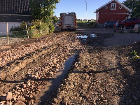 VÅTT I VEIEN: Også utenfor selve huset var bruddet på hovedvannledningen tydelig.