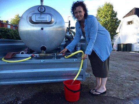 HENTE VANN: Christin Mathiesen måtte finne fram bøtta da det plutselig tok slutt på vannet hjemme hos henne lørdag kveld.