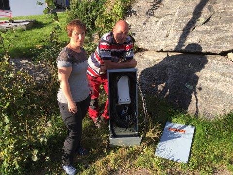 Marianne Reppegård og Gunnar Hvitstein er frustrert og oppgitt etter at en forbipasserende har røsket ut kabler fra et koblingsskap, og dermed etterlatt flere av husstandene i nabolaget uten internett.