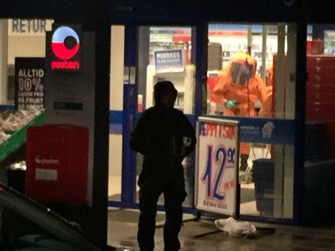 BEREDSKAP: Alle nødetater er involvert etter at det ble funnet et ukjent hvitt pulver hos Posten i Rema 1000 butikken på Sem.
