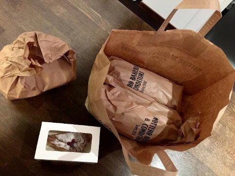 KR 35: Dette er ett vanlig eksempel på en forundringspose fra Too good to go hentet hos Nøtterø bakeri & konditori. To dagsferske brød, fire rundstykker og et kakestykke, alt for 35 kroner.