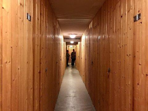 FYLT AV BODER: Tilfluktsrommet blir i dag brukt som bodrom for de 52 leilighetene i blokka. Dette er lov så lenge rommet kan tømmes i løpet av 72 timer.