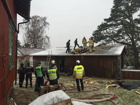 RØYK: Her jobber brannvesenet med taket.