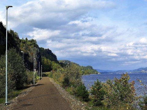 IDYLL: Før gikk toget her, nå kan syklister og turgåere kose seg langs vannkanten.