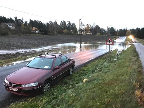 STOPPET: Midt i vannmassene, ville ikke denne Peugeoten kjøre lenger.