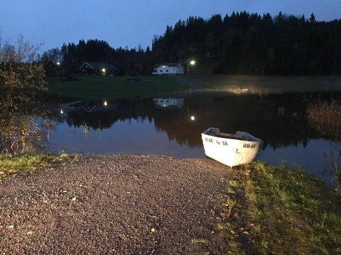 VÅTT: Her ligger båten til Geir Larsen. Det er ikke første gang han må bruke båt over «innsjøen» sin.