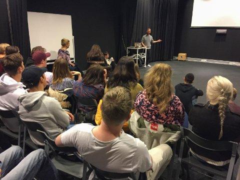 FOREDRAG: Blake Farber delte sine opplevelser som filmregissør med elevene ved medier og kommunikasjonslinjen på Melsom videregående skole.