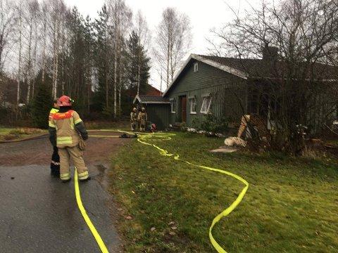 Brannmannskapene har kontroll på boligbrannen.
