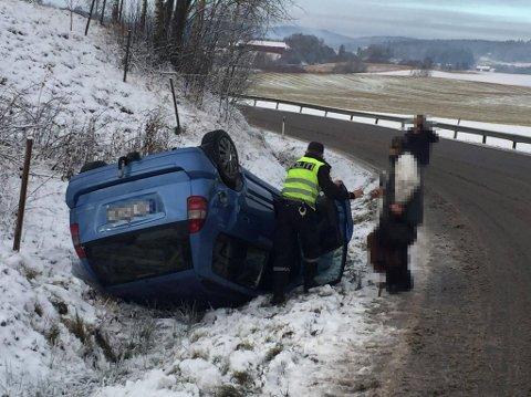I GRØFTA: Bilen skled av veien og rullet rundt. Føreren kom fra det uten skader.