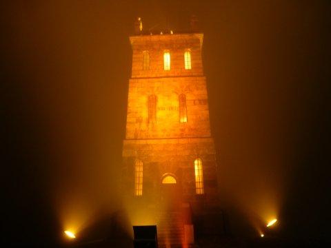 ORANSJE: Slottsfjelltårnet lyssettes fredag 24. november i fargen som symboliserer varme, vitalitet og optimisme.