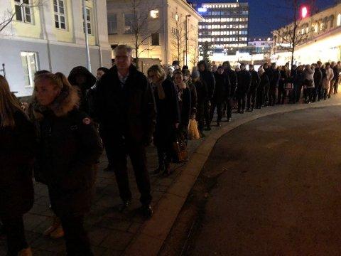 BUSS FOR TOG: Mandag denne uka var første dag med buss for tog mens Lieråstunnelen forbedres. Køen var lang, men begveget seg jevnt framover. Det er buss for tog mellom Drammen og Asker til 4. desember.