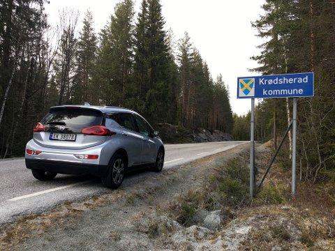 PÅ RUNDTUR: Ståle Frydenlund var en av de første som prøvekjørte Opel Ampera-e. Han kjørte sin vanlige testrunde oopp gjennom Sigdal og over til Krødsherad.