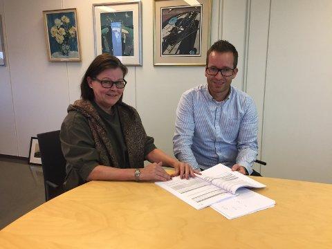 PÅ SKRÆTSJ: Rådmann Toril Eeg og økonomisjef Kristian Lægreid har lagt fram budsjett før, men aldri for Færder kommune. De medgir at det har vært et krevende arbeid.