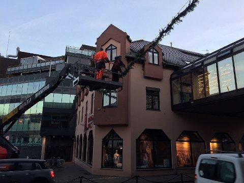 PYNTER TIL JUL: Girlandere henges opp og små juletrær sette i gatene. Nå starter pynting av byen til jul. Lysene tennes 16. november.