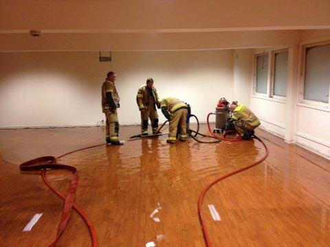 Her er brannvesenet i arbeid i de tomme butikklokalene over Joker-butikken i Os. Foto: Os Brannvern