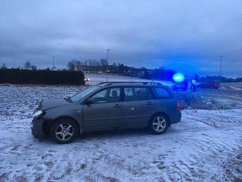 Den ene bilen har skader i front.