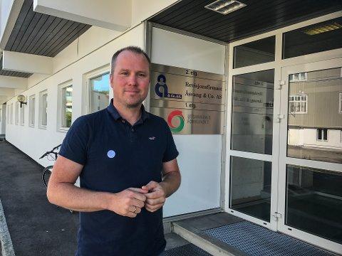 TAR FORHOLDSREGLER: Barkåker barneskole ligger rett i nærheten av der rekkehusbrannen oppsto mandag morgen, og rektor Øyvind Werrum forteller at de har holdt elevene inne på formiddagen.