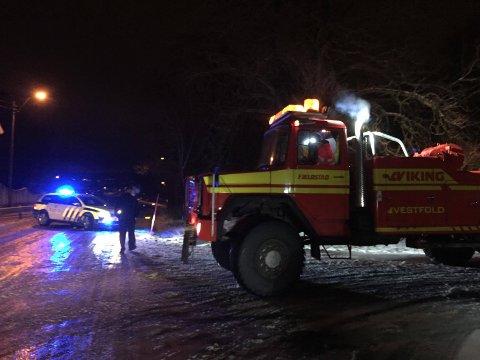 SUPERGLATT: Her står redningsbilen og politiet på toppen av Prestegårdsbakken.