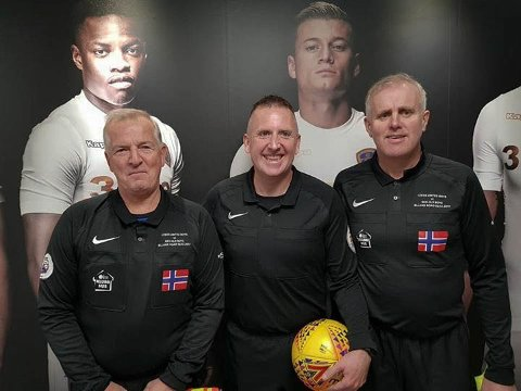 Vestfold-dommerne Kjell Løchen (til venstre) og Rune Venås (til høyre) var assistentdommere under bursdagskampen. Premier League-dommer Jonathan Moss var hoveddommer.