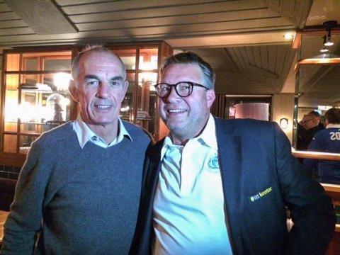 Anders-Gustav Holt (til høyre) arrangerte kamp på Leeds sin hjemmebane i anledning sin 50-årsdag. Her sammen med klubblegende Joe Jordan.