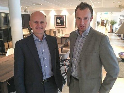 ENIGE: Fylkesordførerne Rune Hogsnes (t.v.) i Vestfold og Sven Tore Løkslid i Telemark signerte avtalen. Avtalen ble presentert for fylkestinget mandag 4. desember.