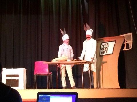 BAKESCENEN: Bakemester Harepus forklarer hvordan pepperkaker skal bakes.