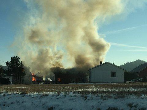 I FULL FYR: Her brennes huset ned under øvelsen.