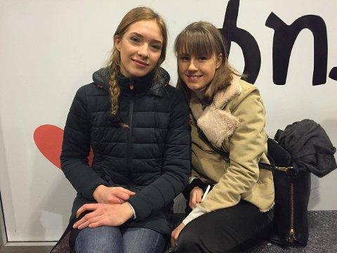 MÅTTE VENTE: Camilla Sigurdsen Solbakk og  og Nina Pavlova kom for sent på skolen på grunn av busstrøbbelet.