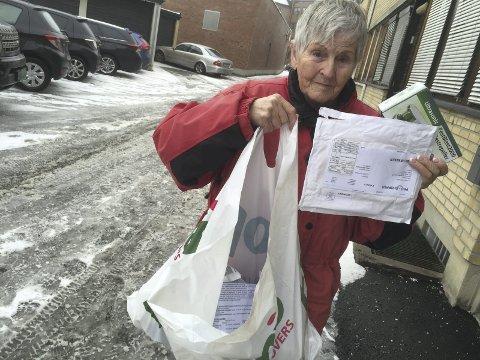 VIL ADVARE ANDRE: Astrid Sundhol fikk til sammen åtte slike boblekonvolutter med produkter hun sier hun aldri har bestilt, med fakturaer for til sammen over 3000 kroner. Nå advarer hun andre mot det hun mener må være et forsøk på å svindle penger fra eldre mennesker. (Foto: Pål A. Næss)
