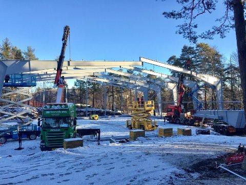 REISER SEG: Arbeidet med tennishallens stålkonstruksjoner startet denne uken.