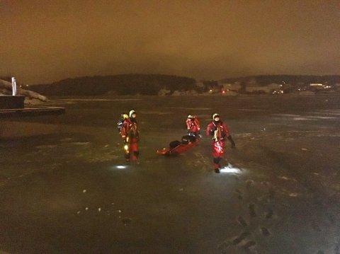 REDDET PÅ ISEN: Brannvesenets mannskap tok seg ut på isen i Byfjorden natt til søndag for å redde én person.