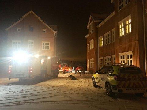 NØDETATENE VED BRYGGA: Brannvesenet og politiet dro til brygga for å hjelpe til i redningsaksjon i Byfjorden.