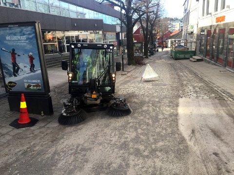 BORT MED GRUSEN: Her er Bydrift ute på jobb for å gjøre gatene vårklare.
