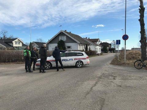 EVAKUERING: En politibil tok oppstilling ikke langt unna porten til det gamle raffineriet.