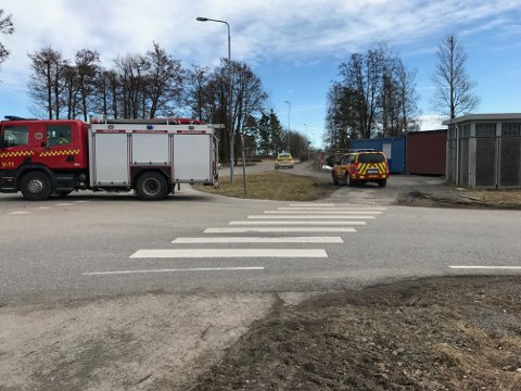 SPERRET AV: Veien inn til funnstedet er sperret av.